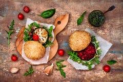 Weganin piec na grillu oberżynę, arugula, flanc i pesto kumberlandu hamburgeru, Veggie burak i quinoa hamburger Odgórny widok, ko Obraz Royalty Free