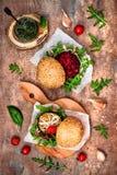 Weganin piec na grillu oberżynę, arugula, flanc i pesto kumberlandu hamburgeru, Veggie burak i quinoa hamburger Odgórny widok, ko Fotografia Royalty Free