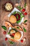 Weganin piec na grillu oberżynę, arugula, flanc i pesto kumberlandu hamburgeru, Veggie burak i quinoa hamburger Odgórny widok, ko Zdjęcie Stock