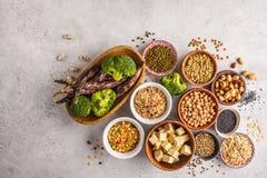 Weganin proteiny źródło Tofu, fasole, chickpeas, dokrętki i ziarna, dalej zdjęcie royalty free