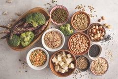 Weganin proteiny źródło Tofu, fasole, chickpeas, dokrętki i ziarna, dalej fotografia stock