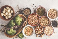 Weganin proteiny źródło Tofu, fasole, chickpeas, dokrętki i ziarna, dalej obraz royalty free