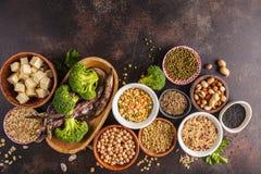 Weganin proteiny źródło Tofu, fasole, chickpeas, dokrętki i ziarna, dalej obrazy royalty free