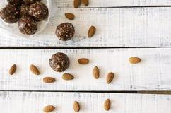Weganin słodkie wyśmienicie migdałowe kakaowe piłki zdrowe i smakowity jedzenie Fotografia Stock