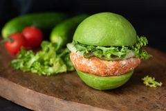 Weganinu avocado hamburger na drewnie obraz royalty free