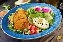Weganinu Buddha pucharu jedzenia obiadowy stół Zdrowy weganinu lunchu puchar Fritter z soczewicami i rzodkwią, avocado sałatka obraz royalty free