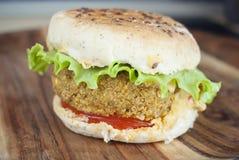 Weganinu chickpea hamburger na drewnianym stole obraz stock