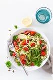 Weganinu courgette ketogenic spiralized sałatka z avocado pomidorowymi dyniowymi ziarnami zdjęcia royalty free