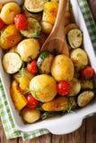 Weganinu jedzenie: grule piec z zucchini, pieprzem i pomidoru cl, fotografia stock