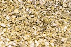 Weganinu jedzenie Surowi dyniowi ziarna dla piec zbliżenie zdjęcia stock