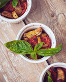 Weganinu jedzenie: trzy talerza piec na grillu warzywa Obrazy Stock
