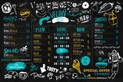 Weganinu menu z modnisia szefem kuchni, doodle żywnością organiczną i literowaniem, ekologiczny pojęcie na ciemnej kredowej desce Obraz Stock