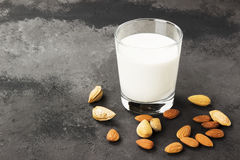 Weganinu migdału mleko w szkle na ciemnym tle Nabiału mleko Zdjęcia Royalty Free