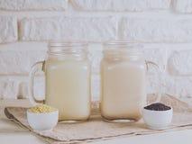 Weganinu mleko od sezamowych ziaren i orzecha włoskiego Obraz Royalty Free