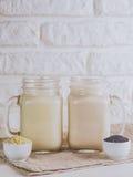 Weganinu mleko od sezamowych ziaren i orzecha włoskiego Zdjęcie Royalty Free
