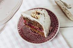 Weganinu orzecha włoskiego Lingonberry tort z nerkodrzew dokrętką + Migdałowy mrożenie Obrazy Stock