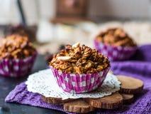 Weganinu owsa muffins z wysuszonymi owoc i dokrętkami Fotografia Royalty Free