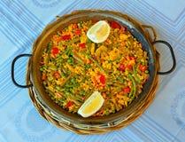 Weganinu paella z ryż i niektóre warzywami obraz royalty free
