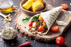 Weganinu tortilla opakunek, rolka z piec na grillu vegetabes, soczewica, kukurydzany cob fotografia royalty free