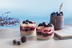 Weganinu zdrowy jedzenie Chia pudding z świeżymi czarnymi jagodami, czernicami i naturalnym jogurtem, Fotografia Royalty Free