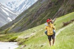 Wegberge des glücklichen Paars tragen huckepack Lizenzfreie Stockfotografie