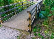 Wegbrücke mit Bretterzaun im Abschluss oben Stockfoto
