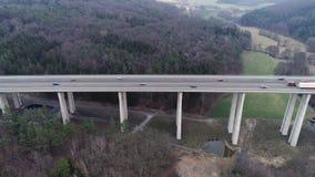 Wegbrug en verkeer door bosgebied stock videobeelden