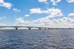 Wegbrug over de Volga rivier tussen de steden van Saratov en Engels, Rusland Het landschap van de de zomerrivier Stock Afbeelding