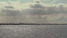 Wegbrug over de Volga rivier tussen de steden van Saratov en Engels, Rusland Landschap met een rivier, wolken in de hemel stock videobeelden