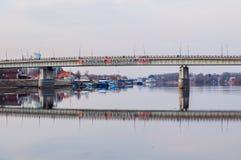 Wegbrug over Volkhov-rivier in Veliky Novgorod, Rusland - spring mening op Stock Afbeeldingen