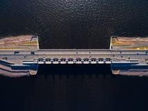 Wegbrug over water Maakt deel uit van een dam in Kronstadt, Rusland Royalty-vrije Stock Foto's