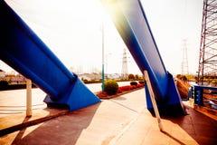 Wegbruggen en de toren van de hoogspanningstransmissie Royalty-vrije Stock Fotografie