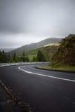 Wegdraai die bergaf aan het recht buigen - de Azoren, Sao Miguel Isl Stock Afbeeldingen