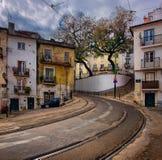 Wege auf dem Weg zur gelben Lissabon-Tram stockfotos