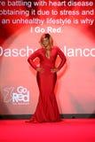 Wege Dascha Polanco die Rollbahn am Gehungs-Rot für Frauen-rote Kleidersammlung 2015 Lizenzfreie Stockfotos