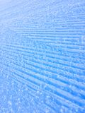 Wege im Schnee von Grandvalira, nachdem Maschinen die Bahn vorbereiten stockfotografie