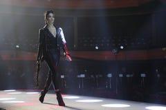 Wege Shanina Shaik die Rollbahn an der Wiederholung vor Philipp Plein-Modeschau stockfotografie