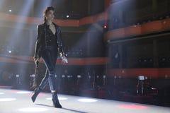 Wege Shanina Shaik die Rollbahn an der Wiederholung vor Philipp Plein-Modeschau lizenzfreie stockfotografie