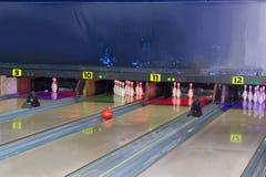 Wege und Bowlingspielstifte in einer modernen Stiftbowlingbahn Stockbild