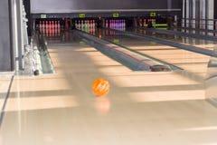 Wege und Bowlingspielstifte in einer modernen Stiftbowlingbahn Lizenzfreie Stockfotos