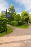 Wege unter den Bäumen im Park Stockbild
