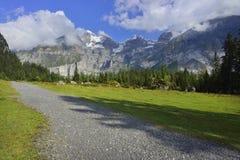 Wegen en bergslepen van mooie Oeschinensee, Kandersteg Berner Oberland zwitserland Royalty-vrije Stock Foto's