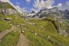 Wegen en bergslepen van Oeschinensee, Kandersteg Berner Oberland zwitserland Royalty-vrije Stock Foto