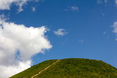 Wegen en heuvels tegen de blauwe hemel Royalty-vrije Stock Foto