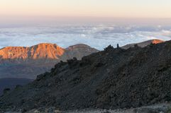 Wegen en rotsachtige lava van vulkaan Teide Stock Foto's