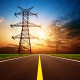 Wegen en toren met hoog voltage stock afbeeldingen