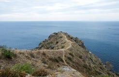 Wegen op de heuvel boven het overzees Stock Foto