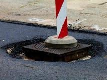 Wegenbouw met gevaar vooruit rood en wit teken stock fotografie