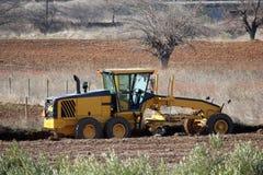 Wegenbouwmachine die op gebied begint Royalty-vrije Stock Fotografie