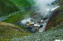 Wegenbouwplaats binnen sneeuw tianshan berg Stock Afbeeldingen